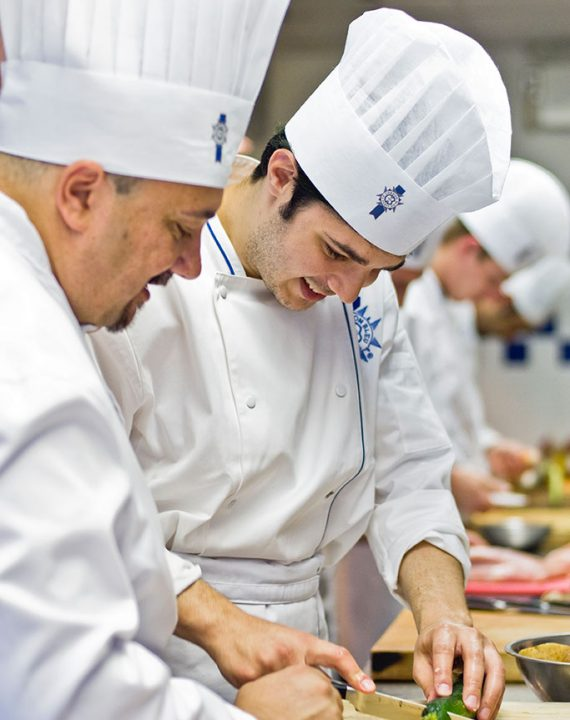 Chef-instructs-student-in-practical-2